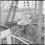 3304-4 Een kipkar gaat met een drijvende bok naar het ruim van binnenvaartschip.