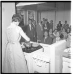 3310-1 Opening van een zuivelkeuken in het Bouwcentrum aan het Weena.