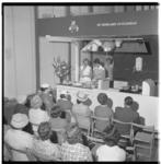3310-2 Opening van een zuivelkeuken in het Bouwcentrum aan het Weena.