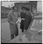 3316-3 Hoofdagent J. Kweekel en taxichauffeur Poulidanus tijdens een verkeersveiligheidsactie.