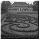 3319-6 Siertuin voor Heerenhuis in Het Park tijdens de wereldtuinbouwtentoonstelling Floriade.
