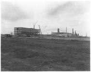 3327-1 Nieuwe gebouwen bij raffinaderij van Esso in de Botlek.