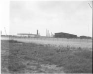 3327-2 Nieuwe gebouwen bij raffinaderij van Esso in de Botlek.