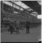 3330-1 Kijkers in de fabriekshal van NV Allan spoorwagenfabriek aan de Kleiweg i.v.m. de veiling van de inventaris.