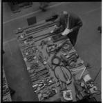 3330-3 Een tafel met gereedschappen in de fabriekshal van NV Allan spoorwagenfabriek aan de Kleiweg i.v.m. veiling van ...