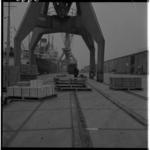 3336 NV Felshaven aan Pier 1 in in de Waalhaven met stukgoedkraan, loodsen en vrachtschip.