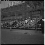 3339 Taptoe padvinders op houten tribunetrappen van het Beursplein aan de zijde van C&A.