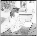 3345 Een gehandicapte jongen schrijft met een pen die vanuit zijn mond wordt aangestuurd.