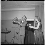 3364-1 Man op toneel goochelt; assistente houdt dienblad met glazen bij de hand op de Pepsi-Cola avond