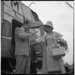 3370 Naast een Sabena-helicopter geeft Fred Kaps aan Peggy Erwin, Miss Holland, een demonstratie goochelen.