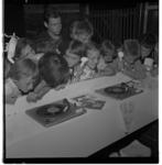 3371-9 Jongens en meisjes luisteren naar grammofoonplaten via telefoonhoorn op Jeugdland in de Energiehal.