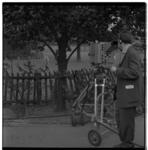 3379-1 Cameraman met tv-opnameapparatuur in Diergaarde Blijdorp.
