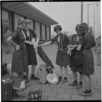 3382 Padvindsters met bagage bij de Blijdorp-ingang van het Centraal Station.