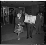 3394-2 Fred Kaps doet een goocheltruc met krant.
