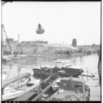 3398-1 Demping van het Pernisser haventje met op de achtergrond een molenstomp.
