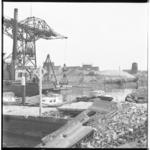 3398-2 Demping van het Pernisser haventje met op de achtergrond een molenstomp.