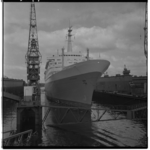 3399-10 De ss Rotterdam wordt uitgedokt bij RDM.