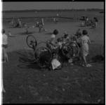 3403-1 Zomerdrukte op het strandje bij de Kralingse Plas