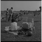 3403-2 Zomerdrukte op het strandje bij de Kralingse Plas