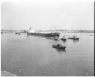 3404-1 De ertstanker Cosmic, getrokken door drie sleepboten, arriveert in Rotterdam.