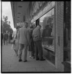 3407-1 Mannen en vrouwen staan voor etalage juwelier Siebel aan de Coolsingel 50.