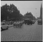 3423 Groep jeugdige wandelaars op de Goudse Rijweg met op de achtergrond (rechts) de Allerheiligste Verlosserkerk.