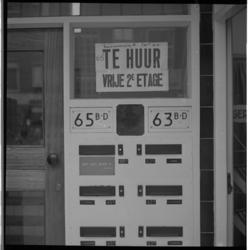 3430 Tekst 'Te Huur', boven brievenbussen en bijbehorende huisnummers in Jonker Fransstraat.
