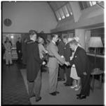 3431-1 Koning Boudewijn van België wordt door burgemeester Van Walsum voorgesteld aan genodigden in het gebouw van de ...