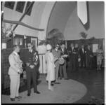 3431-2 Overzicht van een podium met daarop: prins Bernhard, koning Boudewijn- burgemeester Van Walsum in het gebouw van ...