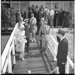 3431-3 Koningin Juliana, koning Boudewijn, prins Bernhard, burgemeester Van Walsum op een steiger bij de Veerhaven.
