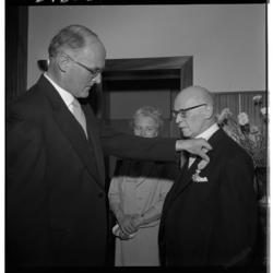 3436 Uitreiking van een koninklijke onderscheiding aan de 70-jarige dominee J.D. Boerkool (rechts).