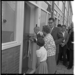 3447-1 Opening door jongste lid van gezin L.J. Maaskant van nieuwe woning op de Westpunt Hoogvliet.