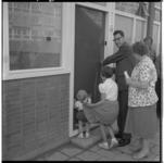 3447-2 Opening nieuwe woning van familie L.J. Maaskant in de Westpunt van Hoogvliet.