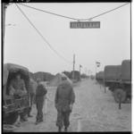 3448-1 Pontonniers van het 462e bataljon bouwen een bailleybrug op een terrein aan de Deltalaan in Hellevoetsluis.