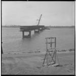 3448-3 Pontonniers van het 462e bataljon bouwen een bailleybrug over het Haringvliet.