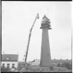 3449-1 Plaatsing noodverlichting Vuurtoren Hoek van Holland door een mobiele kraan van Verhagen.
