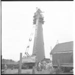 3449-2 Plaatsing noodverlichting Vuurtoren Hoek van Holland door een mobiele kraan van Verhagen.