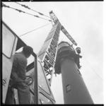 3449-3 Plaatsing noodverlichting Vuurtoren Hoek van Holland door een mobiele kraan van Verhagen.