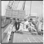 3453-1 Stukgoedpallet hangt boven dek van m.s. Prinses Irene van de Oranje Lijn.