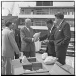 3453-3 Loco-burgemeester van Rotterdam, J.U. Schilthuis, krijgt aan boord van de Prinses Irene kalkoenen aangeboden- ...