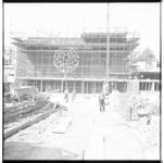 3459 Exterieur van Pauluskerk in aanbouw, gezien vanaf Aert van Nesstraat en het Schouwburgplein. Achter de ...