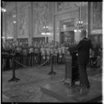 3465-1 Wethouder G.U. Schilthuis ontvangt als loco-burgemeester van Rotterdam in de Burgerzaal de deelnemers aan de ...