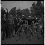 3465-8 Startschot wordt gegeven van de Tour van Drie.