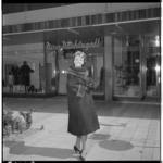 3468-1 Model in bontjas voor ingang winkel Nico Nachtegall aan de Lijnbaan.