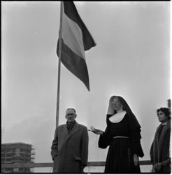 347 Vlag in top bij het hoogste punt van de bouw van de rooms-katholieke kweekschool aan de Aert van Nesstraat. In het ...