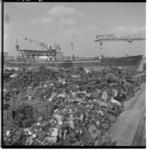 3472-1 Overblijfselen van gesloopte schepen- op de achtergrond het Liberty Ship Arsena en een kraandeel van ...