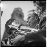 3473 Een blazer van harmonie-orkest Oefening Baart Kunst (OBK) uit Pernis tijdens een concert samen met de beiaard in ...