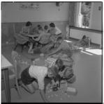 3474-6 Jongens spelen onder toezicht in kamer van een van de jongenstehuizen van Stichting de Koepel.
