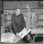 3476-1 Pater beeldhouwer (met een werkstuk)