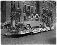 3477-3 Simca-dealerwagen van Joh. de Heer op Coolsingel voor stadhuis tijdens het 31e Bloemencorso.